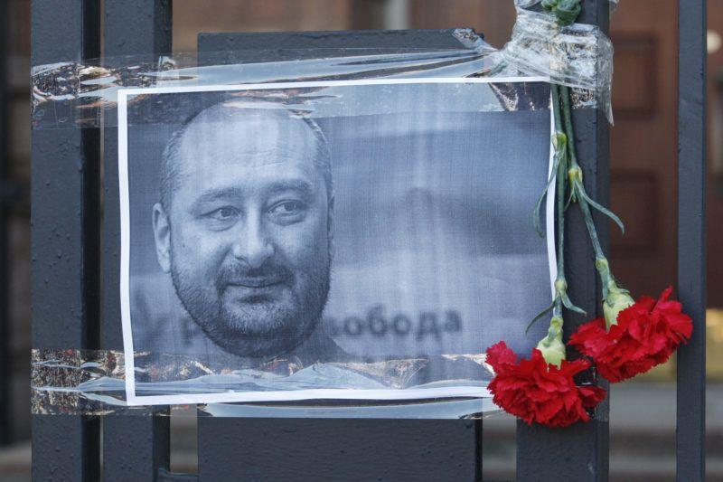 Kijev, 2018. május 30.Arkagyij Babcsenko orosz haditudósító fényképe az orosz nagykövetség kerítésén, Kijevben 2018. május 30-án. Babcsenkót el??z?? nap kijevi otthonában hátba l??tték, majd a ment??autóban életét vesztette. Babcsenko 2017 óta élt Ukrajnában, a Reuters brit hírügynökség közlése szerint a férfi azért hagyta el Oroszországot, mert féltette az életét.  (MTI/EPA/Sztepan Franko)