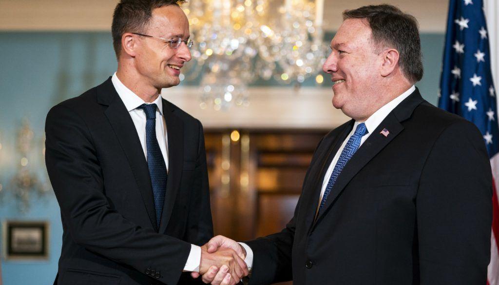 Washington, 2018. május 30. Mike Pompeo amerikai külügyminiszter (j) fogadja Szijjártó Péter külgazdasági és külügyminisztert Washingtonban 2018. május 30-án. (MTI/EPA/Jim Lo Scalzo)