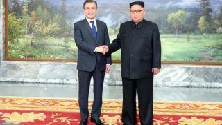 Panmindzson, 2018. május 26. A dél-koreai elnöki hivatal által közreadott képen Kim Dzsong Un észak-koreai vezetõ (j) és Mun Dzse In dél-koreai elnök kezet fog az újabb csúcstalálkozójuk kezdetén a két Koreát elválasztó panmindzsoni demilitarizált övezet északi részén 2018. május 26-án. A két koreai vezetõ történelmi találkozójára egy hónapja, április 27-én került sor. (MTI/EPA/Dél-koreai elnöki hivatal)