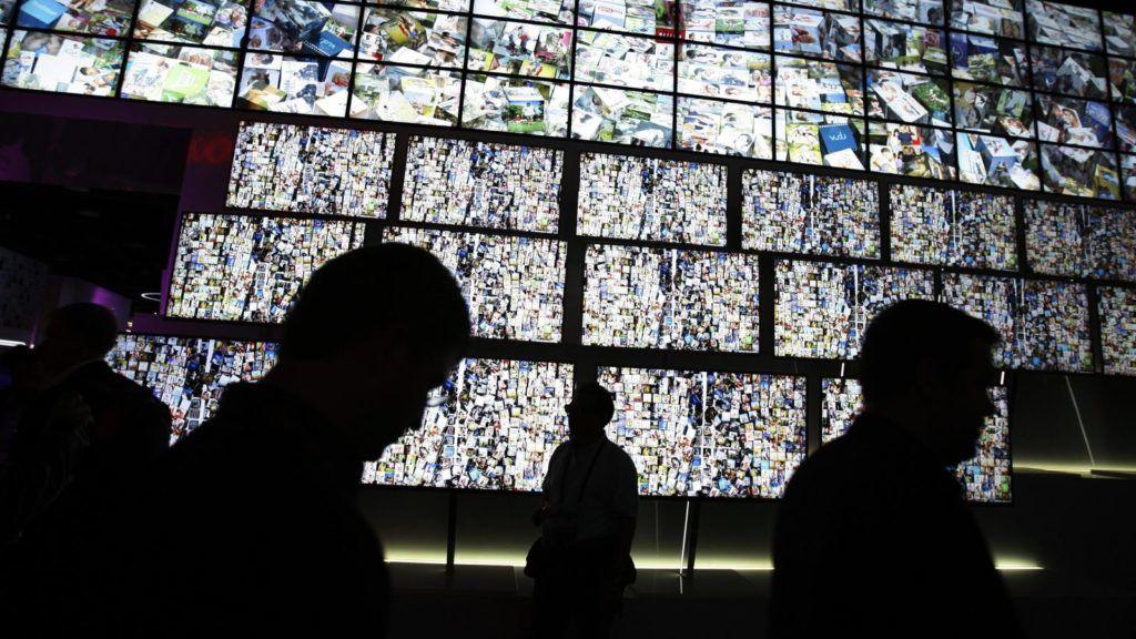 Las Vegas, 2011. január 7. Az LG standjának képernyõfala elõtt mennek látogatók a Las Vegas-i Szórakoztatóelektronikai Kiállításon (CES) 2011. január 6-án. (MTI/EPA/Laura Rauch)