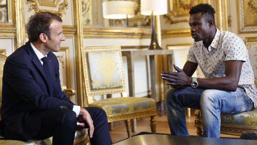 Párizs, 2018. május 28. Emmanuel Macron francia elnök (b) fogadja Mamoudou Gassamát a párizsi államfõi rezidencián, az Elysée-palotában 2018. május 28-án. Az országban illegálisan tartózkodó, Maliból származó Gassama az elõzõ napon megmentett egy erkélyrõl lógó négyéves kislányt a francia fõvárosban. Párizs polgármestere, Anne Hidalgo Twitter-posztban köszönte meg a férfinak amit tett és a hétvége hõsének nevezte õt. (MTI/AP pool/Thibault Camus)
