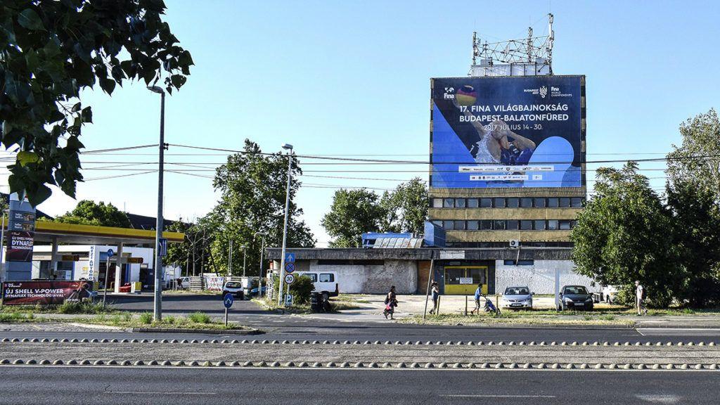 Budapest, 2017. július 6.A FINA 2017-es vizes világbajnokság balatonfüredi versenyeit hirdető, egész házat beborító molinó Kőbányán, a Mázsa téren.MTVA/Bizományosi: Róka László ***************************Kedves Felhasználó!Ez a fotó nem a Duna Médiaszolgáltató Zrt./MTI által készített és kiadott fényképfelvétel, így harmadik személy által támasztott bárminemű – különösen szerzői jogi, szomszédos jogi és személyiségi jogi – igényért a fotó készítője közvetlenül maga áll helyt, az MTVA felelőssége e körben kizárt.