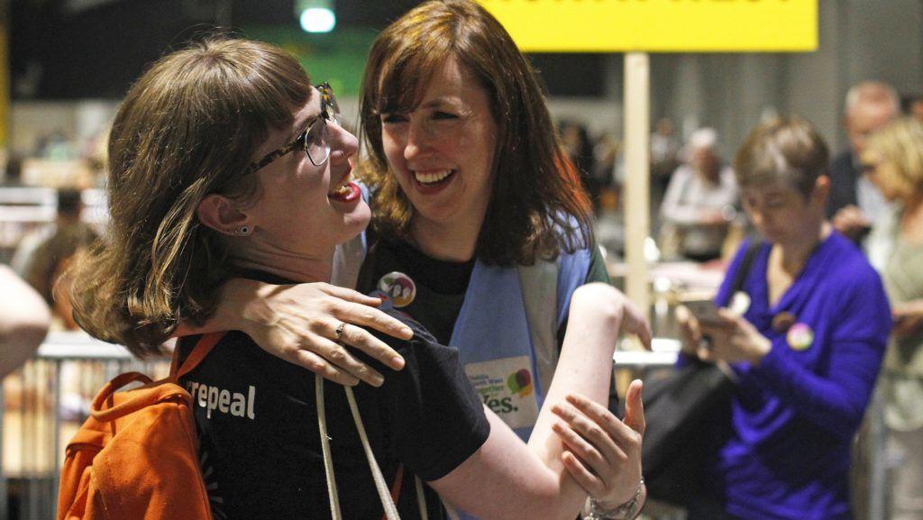 Dublin, 2018. május 26. Az Igent támogatók csoportja ünnepel egy dublini szavazóhelyiségben 2018. május 26-án, az abortusz esetleges liberalizálásáról szóló népszavazás másnapján, miután az exit poll eredmények szerint az írek nagy többsége a terhességmegszakítás liberalizálását támogatta a referendumon. A jelenleg hatályos írországi jogszabály a legszigorúbb Európában: nemi erõszak, vérfertõzés vagy a magzat fejlõdési rendellenessége sem indok az abortuszra. (MTI/AP/Peter Morrison)