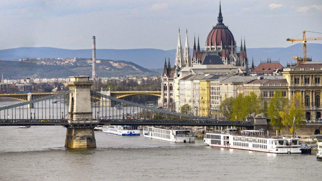 Budapest, 2018. április 11. Dunai látkép a Lánchíddal és az Országház kupolájával. MTVA/Bizományosi: Róka László  *************************** Kedves Felhasználó! Ez a fotó nem a Duna Médiaszolgáltató Zrt./MTI által készített és kiadott fényképfelvétel, így harmadik személy által támasztott bárminemû – különösen szerzõi jogi, szomszédos jogi és személyiségi jogi – igényért a fotó készítõje közvetlenül maga áll helyt, az MTVA felelõssége e körben kizárt.