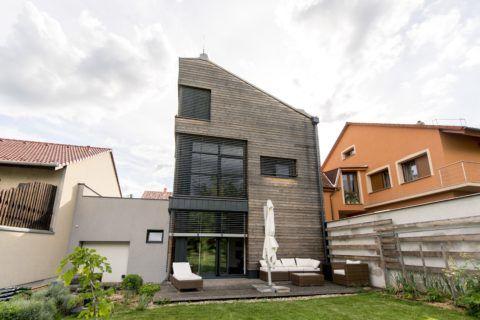 Pécs, 2018. május 16. Az E.ON Energy Globe Magyarország verseny fõdíját elnyerõ, a Kistelegdi 2008 Építészeti Iroda pécsi Reborn Home elnevezésû intelligens háza 2018. május 16-án. A tervezõk a 70-es évekbeli házat olyan intelligens lakóépületté alakították át, amely több energiát termel, mint amennyit felhasznál. Az energiafogyasztása teljes mértékben megújuló erõforrásokon alapul. MTI Fotó: Sóki Tamás