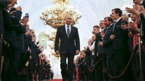 Moszkva, 2018. május 7. Vlagyimir Putyin újraválasztott orosz elnök a beiktatási ünnepségére érkezik a Nagy Kreml-palotában 2018. május 7-én. A negyedik államfõi mandátumát kezdõ Putyin a szavazatok 77 százalékának elnyerésével gyõzött a márciusi elnökválasztáson. (MTI/AP pool/Alekszandr Zemljanyicsenko)