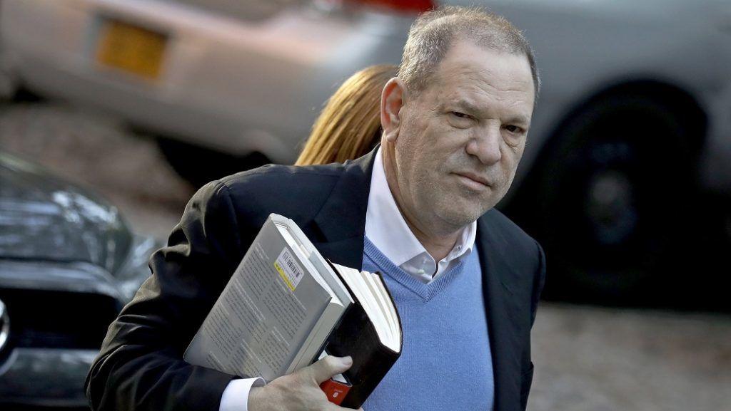 New York, 2018. május 25. A többszörös nemi erõszakkal és szexuális zaklatással vádolt Harvey Weinstein amerikai filmproducer érkezik egy New York-i kerületi bíróságra 2018. május 25-én. A The Weinstein Company nevû filmes cég társalapítójáról a The New York Times címû napilap terebélyes oknyomozó riportot közölt arról 2017 õszén, hogy a producer az elmúlt évtizedekben színésznõket zaklatott szexuálisan, többet megerõszakolt és korábban nyolc esetben is pénzügyi kárpótlásban állapodott meg áldozataival. (MTI/EPA/Peter Foley)