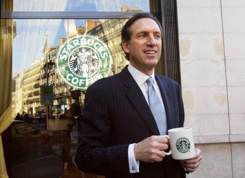 Howard Schultz, président de la chaîne américaine Starbucks, pose, le 15 janvier 2004 avenue de l'Opéra à Paris, devant le premier café-boutique de la chaîne américaine qui s'implante en France, la veille de son ouverture. Forte de ses 7.567 enseignes dans 34 pays et de ses 25 millions de clients par semaine, Starbucks se lance sur le marché français avec trois cafés-boutiques à Paris, et huit à dix sur l'ensemble du pays d'ici un an. AFP PHOTO PIERRE VERDY / AFP PHOTO / PIERRE VERDY