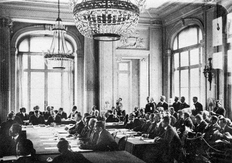 Traité de Trianon, traité de paix consacrant le démantèlement de la Hongrie. Séance au Trianon-Palace de Versailles (Yvelines). Juin 1920.     RV-064429