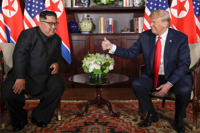 80611206. Singapur, 11 Jun 2018 (Notimex-Yonhap).- El presidente de Estados Unidos, Donald Trump y el líder norcoreano Kim Jong Un, comenzaron hoy una histórica reunión que busca la desnuclearización de la Península coreana.  NOTIMEX/FOTO/YONHAP/COR/POL/