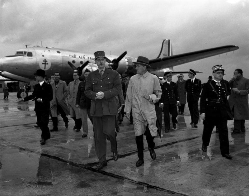 Deuxieme (Seconde) guerre mondiale (1939-1945) - World War II (WWII or WW2) : Aeroport d'Orly France 24 septembre 1945 : Sortant du C54 Skymaster offert par le President americain Harry Truman ,le General De Gaulle (President du Gouvernement Provisoire Francais) et l'Ambassadeur des Etats-Unis Jefferson Caffery (portant un chapeau) ©Usis-Dite/Leemage
