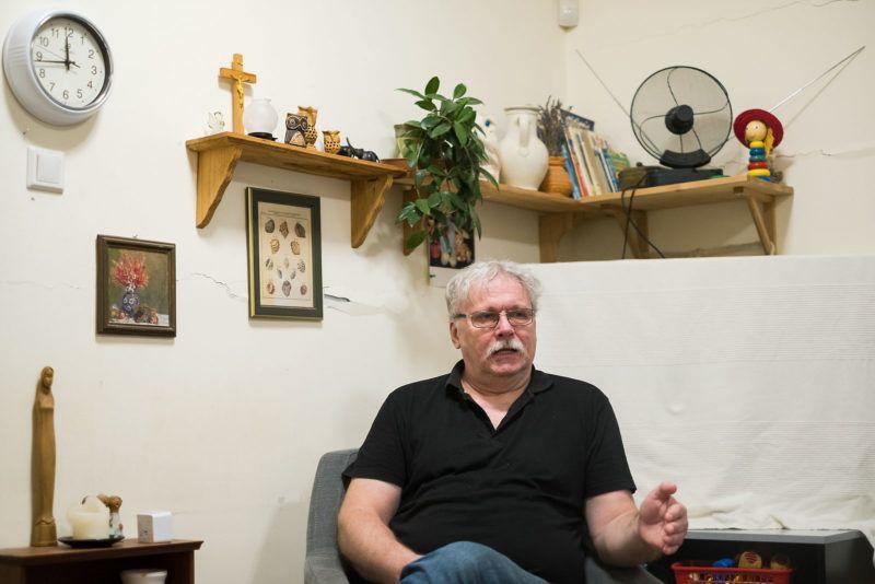 Frankó András, a Magyar Máltai Szeretetszolgálat Fogadó Pszichoszociális Szolgálat vezetője interjút ad az intézmény irodájában, Budapesten, 2018. május 25-én.