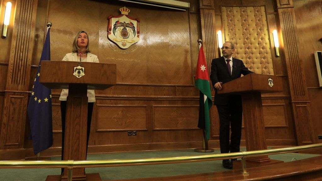 Jordanian Foreign Minister Ayman Safadi (R) and Federica Mogherini, European High Representative of the Union for Foreign Affairs and Security Policy, speak during a joint press conference in the capital Amman on June 10, 2018.  Mogherini announced the attribution of a new aid of twenty million Euros to Jordan, a few days after demonstrations against the hight cost of living shook the country.  / AFP PHOTO / Khalil MAZRAAWI