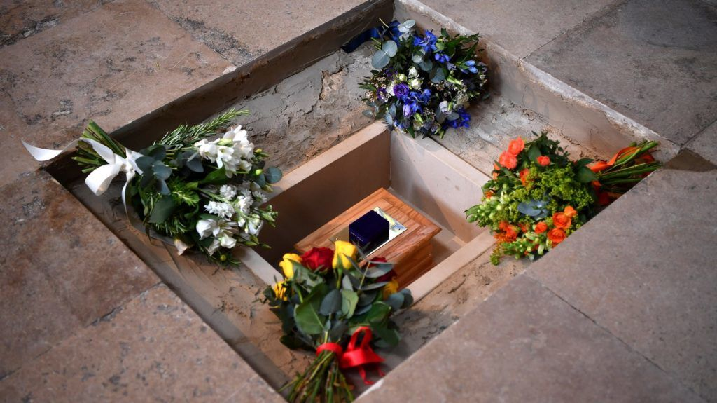 Flowers are placed alongside the ashes of British scientist Stephen Hawking at the site of internment in the nave of the Abbey church, during a memorial service at Westminster Abbey, in central London on June 15, 2018.      A message from late British astrophysics giant Stephen Hawking was beamed towards the nearest black hole on Friday as his remains were laid to rest in London's Westminster Abbey. / AFP PHOTO / POOL AND AFP PHOTO / Ben STANSALL