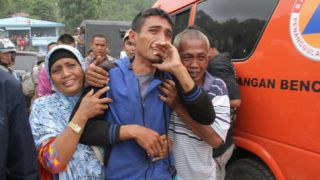 Survivors and family members react as they meet each other at the Lake Toba ferry port in the province of North Sumatra on June 19, 2018, after a boat capsized on June 18. Several hundred rescue personnel were searching for survivors on June 19 after a boat sank in Indonesia with about 80 people aboard, the national disaster agency said. / AFP PHOTO / LAZUARDY FAHMI