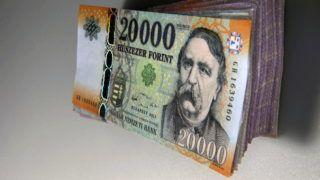 Debrecen, 2016. január 4. Egy megújított húszezer forintos bankjegy egy bankjegy kötegen.  Magyarország ma is hivatalos fizetõeszközét, a forintot, 70 évvel ezelõtt, 1946. augusztus elsején vezették be. A pengõt felváltó új pénz nevét I. Károly történelmi aranyforintjáról kapta.  MTVA/Bizományosi: Oláh Tibor  *************************** Kedves Felhasználó! Ez a fotó nem a Duna Médiaszolgáltató Zrt./MTI által készített és kiadott fényképfelvétel, így harmadik személy által támasztott bárminemû – különösen szerzõi jogi, szomszédos jogi és személyiségi jogi – igényért a fotó készítõje közvetlenül maga áll helyt, az MTVA felelõssége e körben kizárt.
