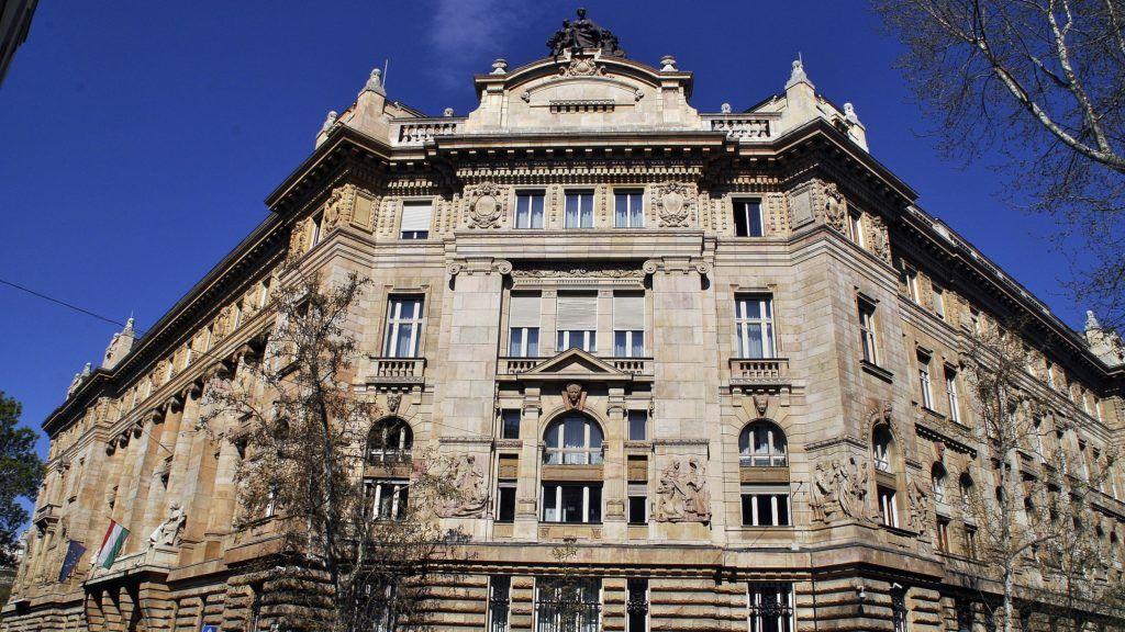 Budapest, 2015. április 16. A Magyar Nemzeti Bank központi, Alpár Ignác-tervezte mûemlék épületének keleti homlokzata, a fõváros V. kerületében, a Hold utcában. MTVA/Bizományosi: Balaton József  *************************** Kedves Felhasználó! Az Ön által most kiválasztott fénykép nem képezi az MTI fotókiadásának, valamint az MTVA fotóarchívumának szerves részét. A kép tartalmáért és a szövegért a fotó készítõje vállalja a felelõsséget.