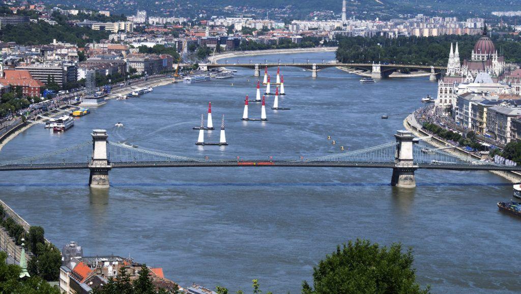 Budapest, 2017. július 2. A Red Bull Air Race budapesti helyszíne. A képen az egész pálya látható, elõtérban a Lánchíd, háttérben a Margit híd. MTVA/Bizományosi: Róka László  *************************** Kedves Felhasználó! Ez a fotó nem a Duna Médiaszolgáltató Zrt./MTI által készített és kiadott fényképfelvétel, így harmadik személy által támasztott bárminemû – különösen szerzõi jogi, szomszédos jogi és személyiségi jogi – igényért a fotó készítõje közvetlenül maga áll helyt, az MTVA felelõssége e körben kizárt.