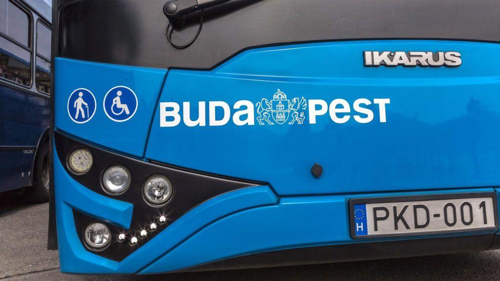 Budapest, 2015. március 1. A Budapesti Közlekedési Központ (BKK Zrt.) modern, a kor igényeinek megfelelõ környezetbarát motorral szerelt Ikarus V127 típúsú autóbuszának részlete. A tizenkét méter hosszú, szóló, alacsony padlós autóbuszt - amely kifejezetten a városi közösségi közlekedéshez lett kialakítva - a Száz éves a budapesti autóbusz-közlekedés elnevezésû rendezvény Hõsök terén rendezett kiállításán is bemutatták. MTVA/Bizományosi: Faluldi Imre  *************************** Kedves Felhasználó! Az Ön által most kiválasztott fénykép nem képezi az MTI fotókiadásának, valamint az MTVA fotóarchívumának szerves részét. A kép tartalmáért és a szövegért a fotó készítõje vállalja a felelõsséget.