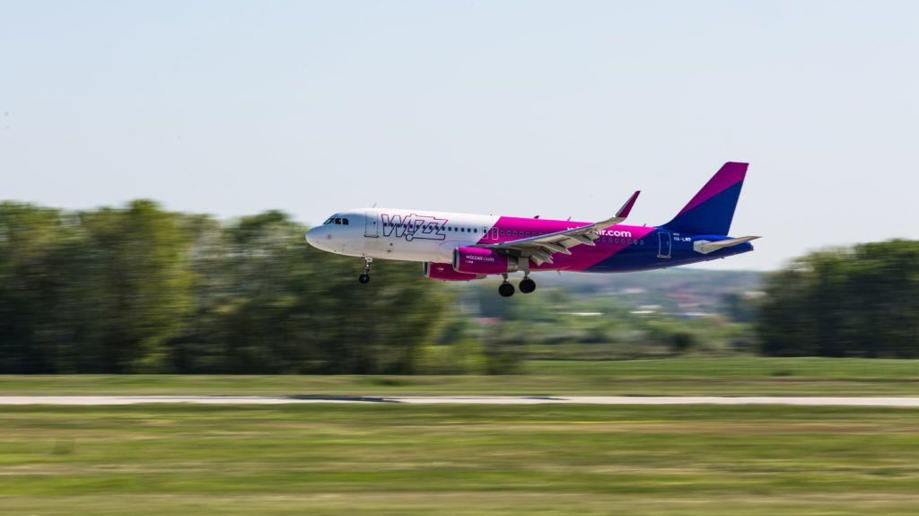 Budapest, 2018. április 21. A Wizz Air légitársaság Reykjavíkból érkezõ Airbus A321 típusú repülõgépe landol a Budapest Liszt Ferenc Nemzetközi Repülõtéren. MTVA/Bizományosi: Faludi Imre  *************************** Kedves Felhasználó! Ez a fotó nem a Duna Médiaszolgáltató Zrt./MTI által készített és kiadott fényképfelvétel, így harmadik személy által támasztott bárminemû – különösen szerzõi jogi, szomszédos jogi és személyiségi jogi – igényért a fotó készítõje közvetlenül maga áll helyt, az MTVA felelõssége e körben kizárt.