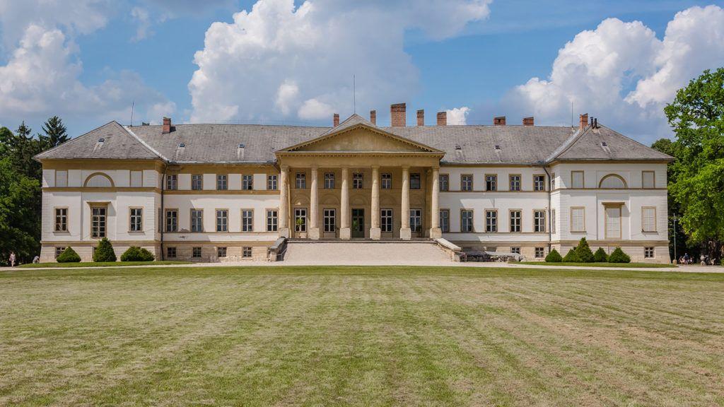 Dég, 2018. május 20.A Festetics-kastély klasszicista stílusú műemlék épülete. A kastély Magyarország egyetlen látogatható klasszicista kastélya Fejér megyében, amelyet hazánk legnagyobb angolparkja vesz körül. MTVA/Bizományosi: Faludi Imre ***************************Kedves Felhasználó!Ez a fotó nem a Duna Médiaszolgáltató Zrt./MTI által készített és kiadott fényképfelvétel, így harmadik személy által támasztott bárminemű – különösen szerzői jogi, szomszédos jogi és személyiségi jogi – igényért a fotó készítője közvetlenül maga áll helyt, az MTVA felelőssége e körben kizárt.