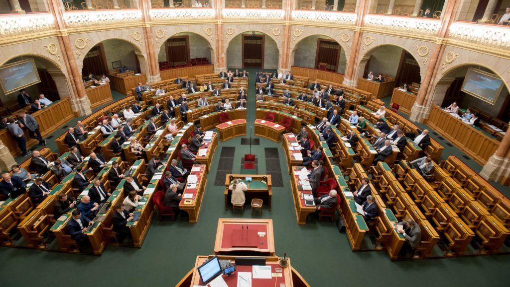 Hatnapos parlamenti ülés következik, új jobbikos ül be a parlamentbe