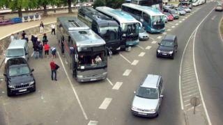 Budapest, 2013. szeptember 19.Turisták szállnak ki az egyik autóbuszból a Lánchíd peti hídfőjénél, az id. Antall József rakparton, a turistabuszoknak kialakított parkolóban.MTVA/Bizományosi: Jászai Csaba ***************************Kedves Felhasználó!Az Ön által most kiválasztott fénykép nem képezi az MTI fotókiadásának, valamint az MTVA fotóarchívumának szerves részét. A kép tartalmáért és a szövegért a fotó készítője vállalja a felelősséget.
