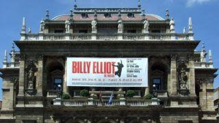 Budapest, 2016. augusztus 4. A Magyar Állami Operaház épületének homlokzata a fõváros VI. kerületében, az Andrássy úton. Neoreneszánsz stílusban épült, Ybl Miklós tervei alapján, elkészült: 1884-ben. A homlokzaton kifeszített molinó a Billy Eliot címû musicalt reklámozza. MTVA/Bizományosi: Jászai Csaba  *************************** Kedves Felhasználó! Ez a fotó nem a Duna Médiaszolgáltató Zrt./MTI által készített és kiadott fényképfelvétel, így harmadik személy által támasztott bárminemû – különösen szerzõi jogi, szomszédos jogi és személyiségi jogi – igényért a fotó készítõje közvetlenül maga áll helyt, az MTVA felelõssége e körben kizárt.