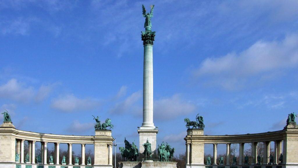 Budapest, 2018. február 4. Városnézésre érkezett külföldi turisták nézik és fényképezik a Millenniumi emlékmûvet (másként Ezredévi emlékmû) a Hõsök terén. Schickedanz Albert tervezte, az eredeti szobrok többségét Zala György szobrászmûvész alkotta az 1900-as évek elején. MTVA/Bizományosi: Jászai Csaba  *************************** Kedves Felhasználó! Ez a fotó nem a Duna Médiaszolgáltató Zrt./MTI által készített és kiadott fényképfelvétel, így harmadik személy által támasztott bárminemû – különösen szerzõi jogi, szomszédos jogi és személyiségi jogi – igényért a fotó készítõje közvetlenül maga áll helyt, az MTVA felelõssége e körben kizárt.