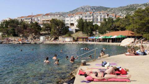 Karlobag, 2012. július 15. Turisták fürdenek és napoznak a Hotel Zagreb tengeri strandján kialakított mólónál, a háttérben a szálloda épülete. MTVA/Bizományosi: Lehotka László  *************************** Kedves Felhasználó! Az Ön által most kiválasztott fénykép nem képezi az MTI fotókiadásának, valamint az MTVA fotóarchívumának szerves részét. A kép tartalmáért és a szövegért a fotó készítõje vállalja a felelõsséget.