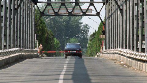 Záhony, 1991. június 19.Viktor Silov altábornagy, a Déli Hadseregcsoport parancsnokának autója átlépi a határt a záhonycsapi átkelőhelyen. Az utolsó szovjet katona is elhagyta Magyarország területét 1991. június 19-én, 15 óra 1 perckor a magyar-szovjet határnál, a záhonyi átkelőhelyen.MTI Fotó: Kleb Attila