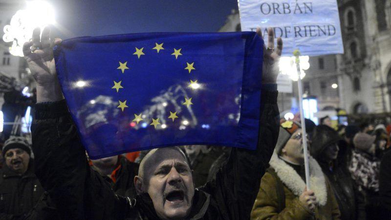 Budapest, 2015. január 2. Uniós zászlót tart fel egy résztvevõ a Facebookon MostMi! - Új országot építünk! mottóval, a közállapotok megváltoztatásáért meghirdetett demonstráción a Magyar Állami Operaház épülete elõtt a fõvárosi Andrássy úton 2015. január 2-án. A demonstrációt a három évvel ezelõtti tüntetés évfordulója alkalmából szervezték az operaház elé. MTI Fotó: Kovács Tamás