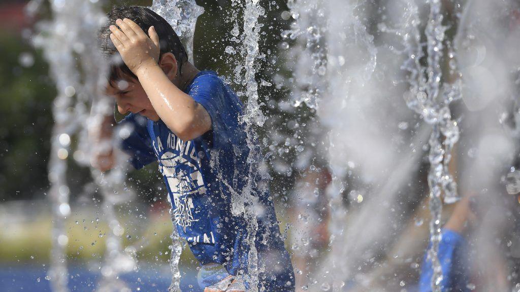 Budapest, 2018. június 21. Egy gyerek játszik a XIX. kerületi Berzsenyi utcában felépült új vizesjátszótér átadásán 2018. június 21-én. A játszótér az önkormányzat 180 millió forintos, önerõs beruházásából épült meg. MTI Fotó: Kovács Tamás