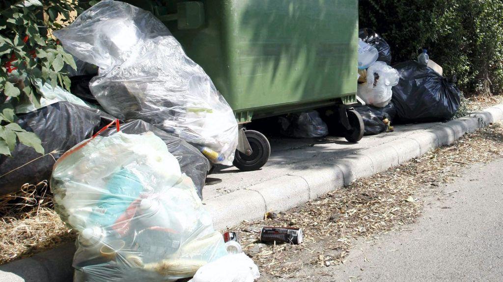 Martfű, 2013. augusztus 1.A Remondis Szolnok Zrt. járműve érkezik a szemét elszállítására Martfűn 2013. augusztus 1-jén. A céget a Jász-Nagykun-Szolnok Megyei Katasztrófavédelmi Igazgatóság közérdekű szolgáltatóként jelölte ki a városban egy hete halmozódó szemét elszállítására. A településen július 24-e óta nem vitték el a háztartásokban, intézményeknél, vállalkozásoknál összegyűlt hulladékot, miután a korábbi szolgáltatónak lejárt a szerződése, és felhagyott a munkával.MTI Fotó: Bugány János