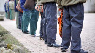 Budapest, 2011. március 4. Fiatal fiúk sorakoznak a Nemzeti Erõforrás Minisztérium (NEFMI) Budapesti Javítóintézetének udvarán, 2011. március 2-án. Az intézményben a bíróságok által elõzetes letartóztatásba helyezett fiatalkorú, 14-19 éves fiúk fogadása, õrzése, nevelése és személyiségfejlesztése zajlik. Folyamatban van az új Büntetõ Törvénykönyv (Btk.) elõkészítése; napirenden szerepel a büntethetõségi korhatár leszállítása és további törvények szigorítása - írta a miniszterelnök 2011. február 26-i Facebook-bejegyzésében. MTI Fotó: Cseke Csilla