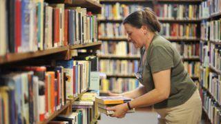 Szentendre, 2011. szeptember 27. Könyvtáros dolgozik a szentendrei Pest Megyei Könyvtárban (PMK). A nagy múltú intézmény a csõd közelébe jutott; ha a könyvtár helyzete a hónap végéig nem rendezõdik, akkor várhatóan a munkatársak közel felét el kell bocsátani. MTI Fotó: Cseke Csilla