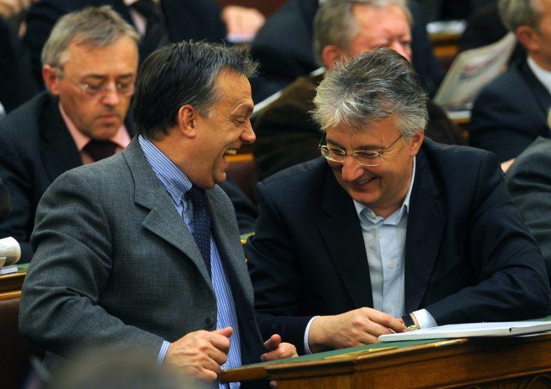 Budapest, 2008. november 25. Orbán Viktor, a Fidesz elnöke és Semjén Zsolt, a Kereszténydemokrata Néppárt elnöke, parlamenti frakcióvezetõje nevet a Parlamentben az Országgyûlés plenáris ülésén. MTI Fotó: Földi Imre