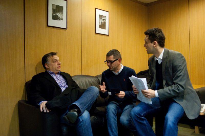 Budapest, 2013. február 15. Orbán Viktor miniszterelnök Várhegyi Attilával, az MTVA kommunikációs tanácsadójával és Havasi Bertalan helyettes államtitkárral (b-j) beszélget, mielõtt a miniszterelnök interjút ad élõ adásban a Kossuth Rádió 180 perc címû mûsorában, a Magyar Rádió stúdiójában 2013. február 15-én. MTI Fotó: Kallos Bea