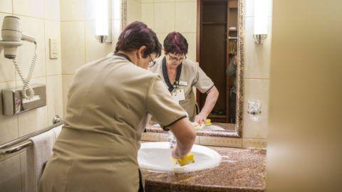 Budapest, 2017. február 24. Bihun Irma szobatakarító takarít a budapesti Radisson Blu Béke Hotel egyik fürdõszobájában 2017. február 24-én. MTI Fotó: Kallos Bea