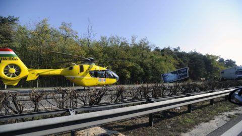 Inárcs, 2015. október 28. Mentõhelikopter az M5-ös autópálya Budapest felé vezetõ oldalán Inárcs közelében, ahol három teherautó ütközött 2015. október 28-án. A balesetben egy ember súlyosan megsérült. MTI Fotó: Mihádák Zoltán