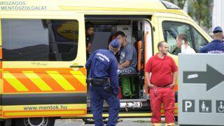 Budapest, 2017. augusztus 20. Feltehetõleg kábítószert fogyasztó férfiakat visznek kórházba a mentõk a Hungária körút közelében 2017. augusztus 20-án. A rendõrség új pszichoaktív anyag miatt indított nyomozást a fõvárosban, miután több, zavartan viselkedõ embert vittek a mentõk kórházba. A rendõrség közölte azt is, hogy a BRFK járõre ezen a napon a Stadionoknál, a Hungária körúton talált rá egy emberre, aki a földön feküdt, és nem mutatott életjeleket. A férfi életét a mentõk sem tudták megmenteni. MTI Fotó: Mihádák Zoltán