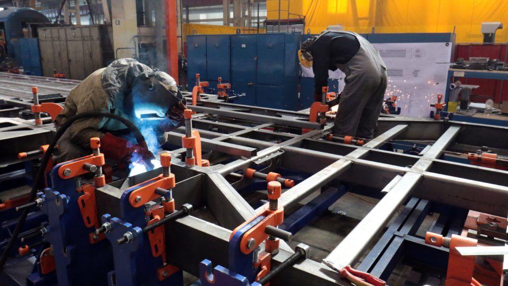 Szolnok, 2018. március 9. IC+ vasúti kocsi alvázát készítik a MÁV-START Szolnoki Jármûjavító Üzemében a sorozatgyártás aktuális helyzetérõl tartott sajtótájékoztató napján, 2018. március 9-én. MTI Fotó: Mészáros János