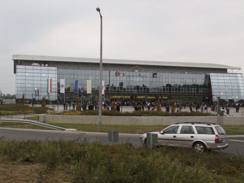 Veszprém, 2009. október 17.Felavatták a Herendi porcelánfát a Veszprém Aréna sport- és rendezvénycsarnok mellett lévő körforgalomban. A Herendi Porcelánmanufaktúra Zrt. által készített alkotás mintegy négy méter magas és egy tonna súlyú.MTI Fotó: Nagy Lajos