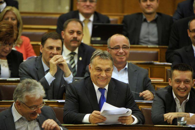 Budapest, 2014. október 20. Orbán Viktor miniszterelnök (k), Semjén Zsolt miniszterelnök-helyettes (elöl, b) és Rogán Antal, a Fidesz frakcióvezetõje (j) az Országgyûlés plenáris ülésén 2014. október 20-án. MTI Fotó: Kovács Attila