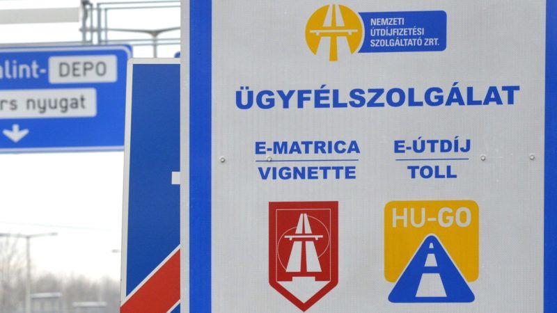 Budapest, 2014. december 11.Tájékoztató tábla az M1-es és M7-es bevezető szakaszán Budapest határában 2014. december 11-én. Megszűnik januártól az M0-s autóút általános díjmentessége. Az NFM közleménye szerint a körgyűrű M5-ös és M4-es (4. sz. főút), valamint M3-as autópálya és 11. sz. főút közötti szakaszai, és a gyorsforgalmi úthálózat M0-s autópályán belüli részei (például M1-es és M7-es bevezető a Budapest táblától) januártól csak matricával használhatók. Az M0-s körgyűrű egyes elemei uniós forrásból épültek vagy újultak meg, ezeken a szakaszokon a díj bevezetését az EU támogatási szabályai nem teszik lehetővé. Az M0-s körgyűrű egyes elemei uniós forrásból épültek vagy újultak meg, ezeken a szakaszokon a díj bevezetését az EU támogatási szabályai nem teszik lehetővé.MTI Fotó: Kovács Attila