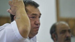 Kecskemét, 2012. július 5. Kolompár Orbán, az Országos Cigány Önkormányzat egykori elnöke az ítélet indoklását hallgatja az ellene és társai ellen folyó per tárgyalásán, a Kecskeméti Városi Bíróságon. A bíróság kétrendbeli jogosulatlan gazdasági elõny bûntettében, valamint az Európai Közösség pénzügyi érdekeinek megsértése bûntettében mondta ki bûnösnek Kolompár Orbánt, és elsõ fokon 1 év 10 hónap börtönbüntetésre ítélte. MTI Fotó: Ujvári Sándor