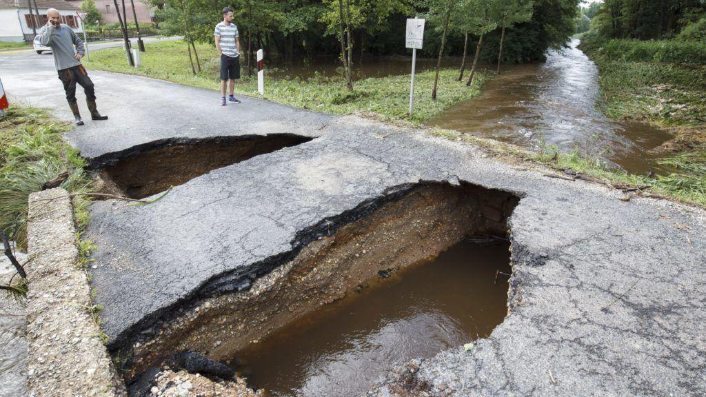 Szõce, 2018. június 9. Az éjszakai felhõszakadás miatt megrongálódott híd Szõcén 2018. június 9-én. MTI Fotó: Varga György