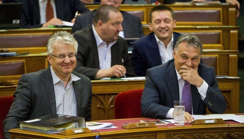 Budapest, 2015. június 22. Orbán Viktor miniszterelnök (j) és Semjén Zsolt nemzetpolitikáért felelõs miniszterelnök-helyettes (b) az Országgyûlés plenáris ülésén 2015. június 22-én. A második sorban Németh Szilárd, a Fidesz képviselõje (b) és Rogán Antal, a Fidesz frakcióvezetõje. MTI Fotó: Illyés Tibor