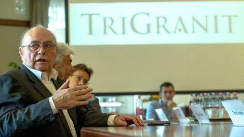 Budapest, 2015. augusztus 10. Demján Sándor, a TriGranit Zrt. alapító elnöke beszél a sajtótájékoztatón Budapesten, a TriGranit székházában 2015. augusztus 10-én. A tájékoztatón Demján Sándor bejelentette, hogy a TriGranit ingatlan-portfóliója jelentõs részének eladásáról írt alá megállapodást a nemzetközi magántulajdonú befektetési vállalattal, a TPG Real Estate-tel. MTI Fotó: Illyés Tibor