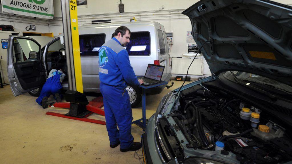 Budapest, 2010. február 26. Mezei János szervizvezetõ diagnosztikai mérést végez a gépjármûvek kettõs, benzin-gáz üzemûvé alakítására szakosodott Gázautó-Centrum Kft. mûhelyében 2010. február 25-én Budapesten. Egyre több autós választja az autógázt (LPG) üzemanyagként. Nyugat-Európában az elõrejelzések szerint 2015-re 10 százalékos lesz a gázzal is hajtott, kettõs üzemmódban mûködõ személyautók aránya; a várakozások szerint Magyarországon a jelenlegi 1,5-2 százalékról két év alatt 5 százalékra nõ a felhasználás. A jelenlegi 324 forintos átlag benzinár miatt megnõtt a forgalom az átalakítást végzõ szerelõmûhelyekben; egy liter autógáz átlagosan 130-140 forinttal olcsóbb, mint a benzin. MTI Fotó: Manek Attila